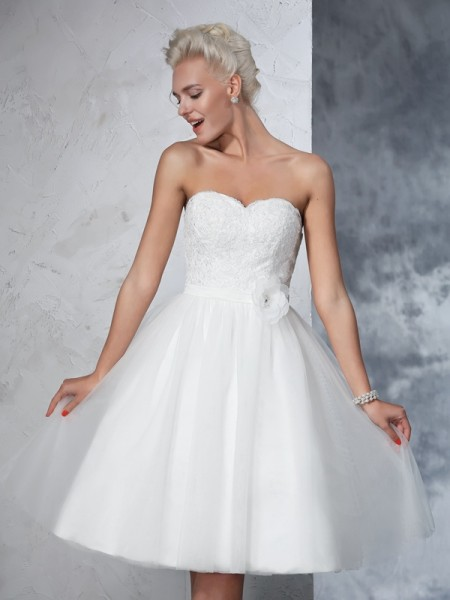 A-Line/Princess Sleeveless Sweetheart Knee-Length Hand-Made Flower Net Wedding Dresses